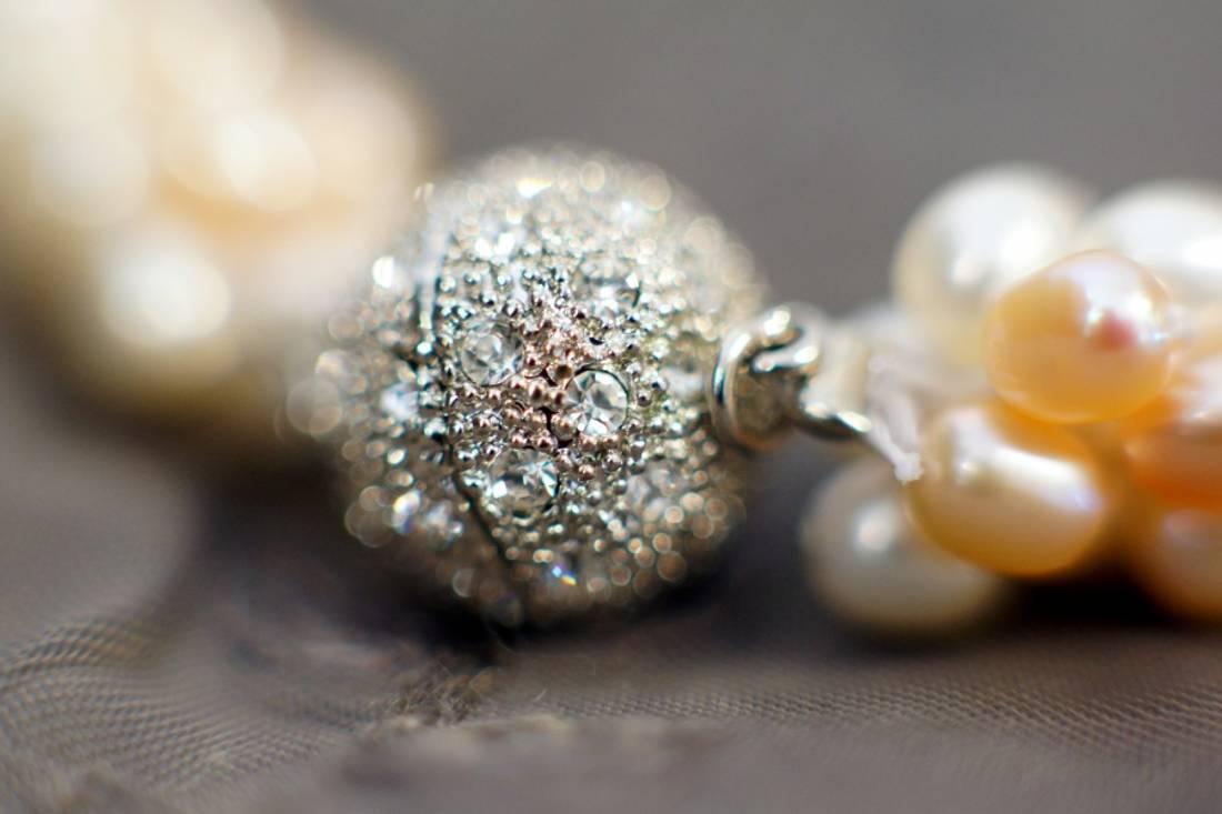 Perlekjede med krystallås i fersken, hud og hvit farger